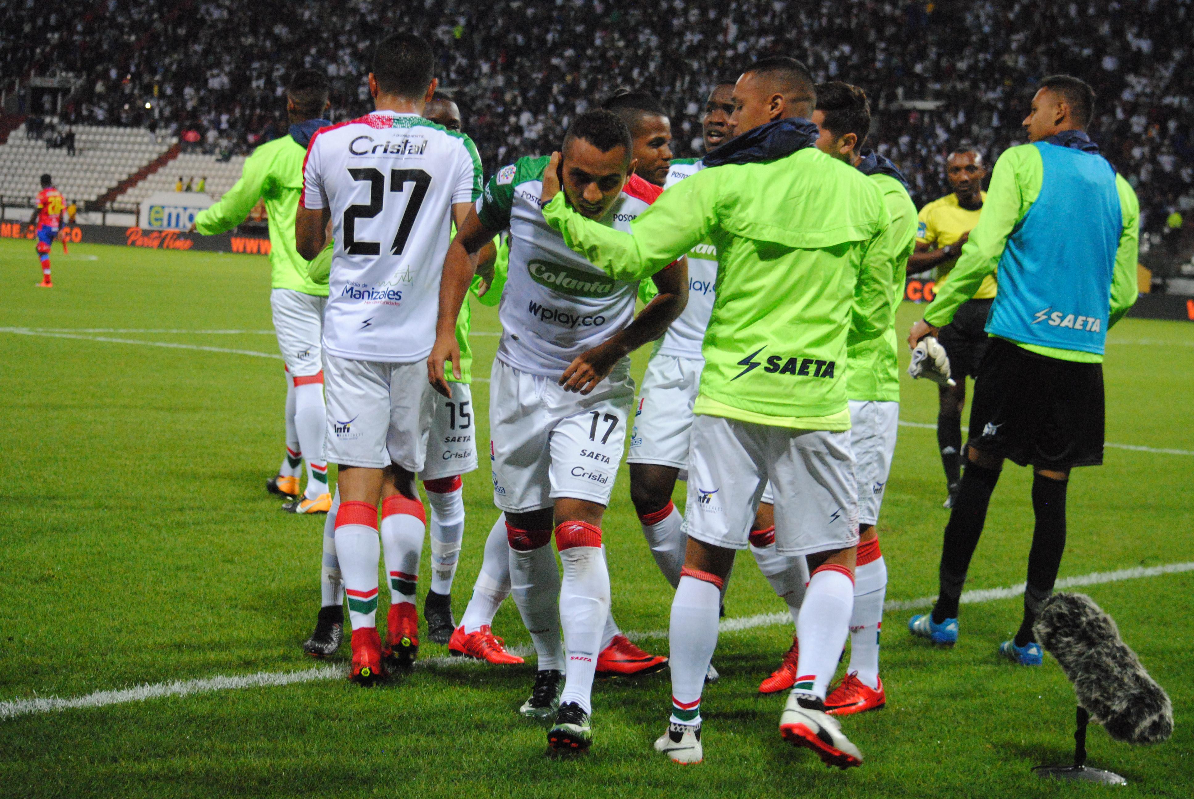 Ray Vanegas es abrazado y felicitado por sus compañeros tras anotar su primer gol ante Pasto.