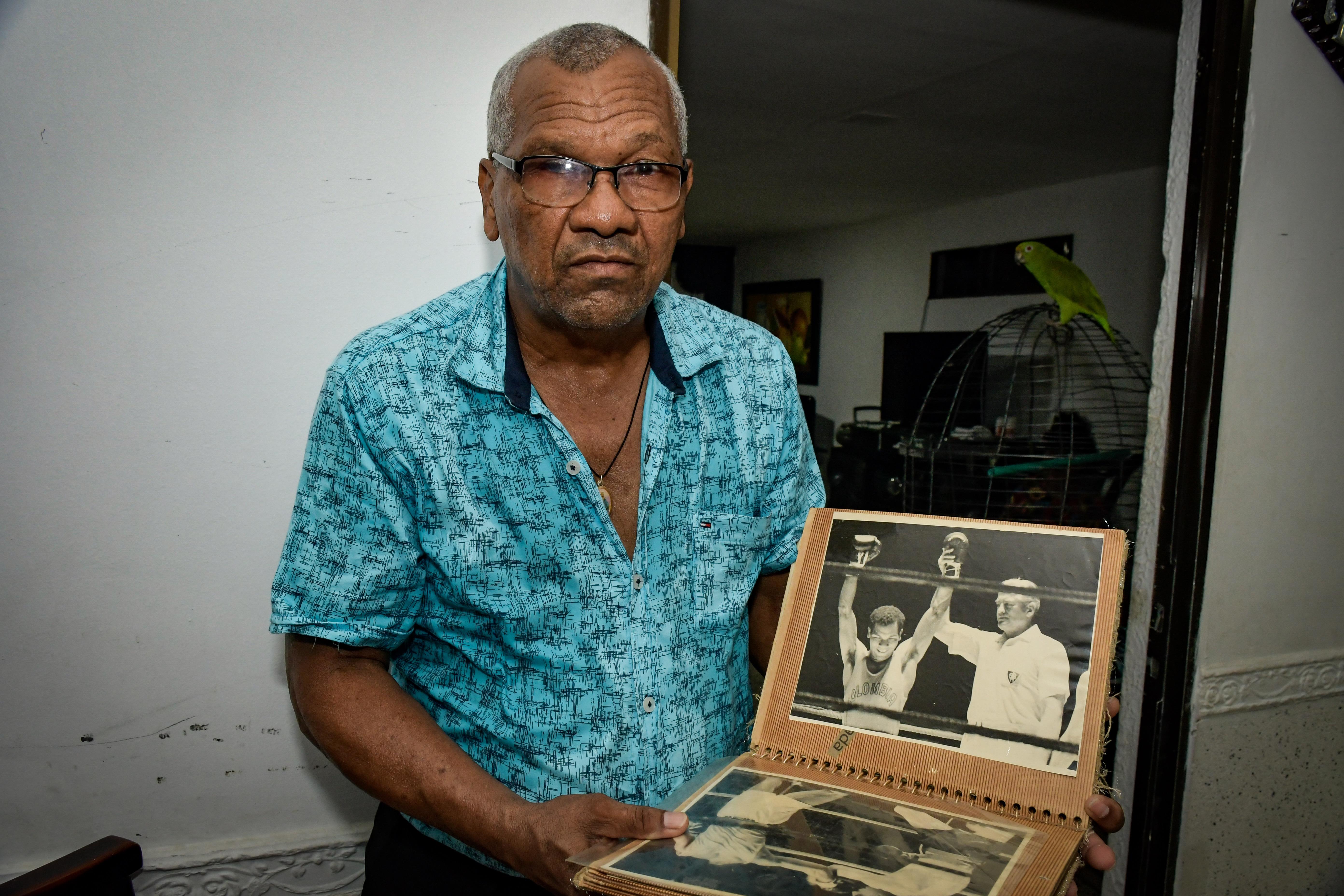 'El Policía' coleccionó todos los periódicos de su época como boxeador y hizo un álbum.