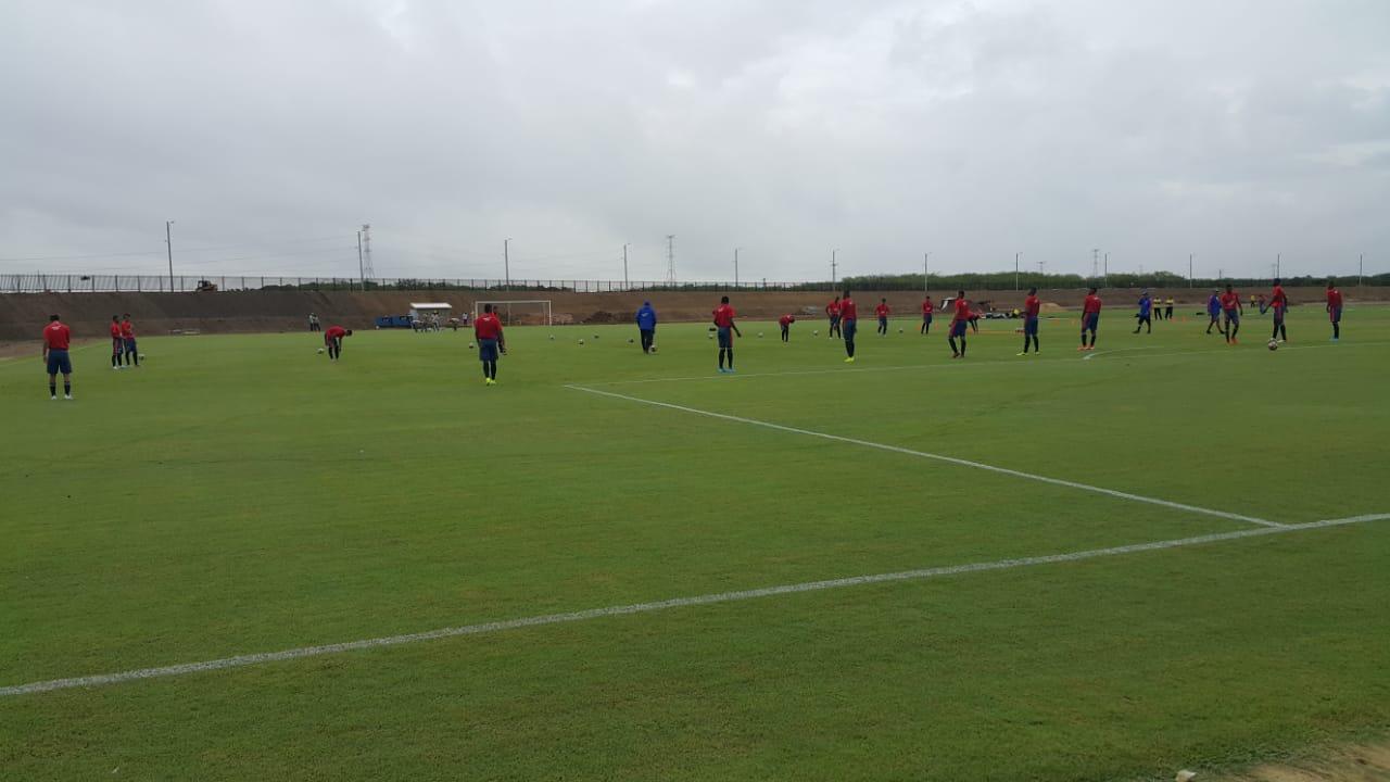 Los jugadores de la selección Colombia sub-15 entrenando en una de las canchas de la sede de la FCF en Barranquilla.