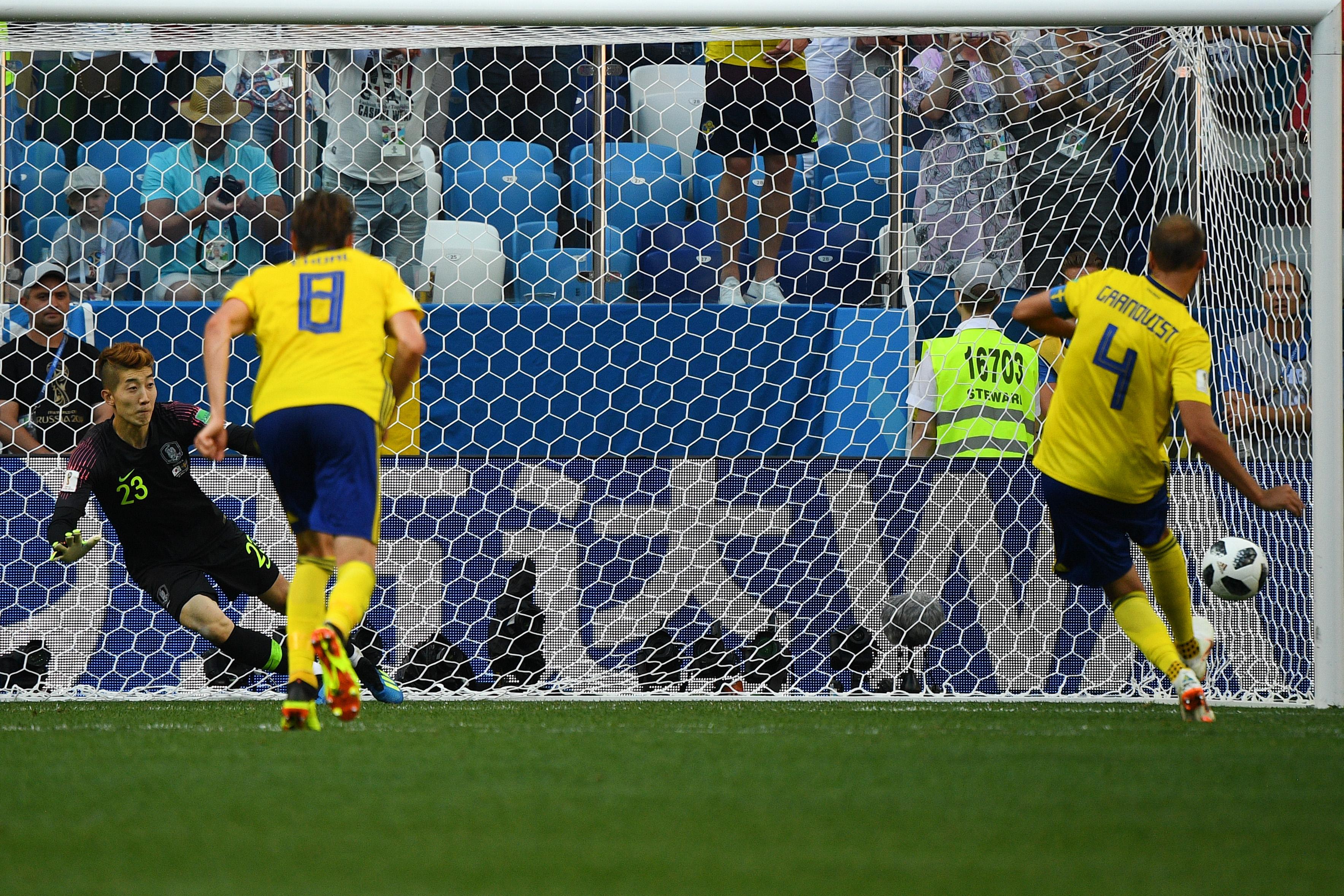 Acción del penalti ejecutado por Andreas Granqvist. El arquero de Corea del Sur se lanzó al costado equivocado.