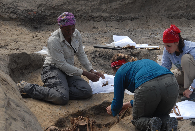 Equipo de investigación en la zona de Huanchaquito - Las Llamas, en Perú.