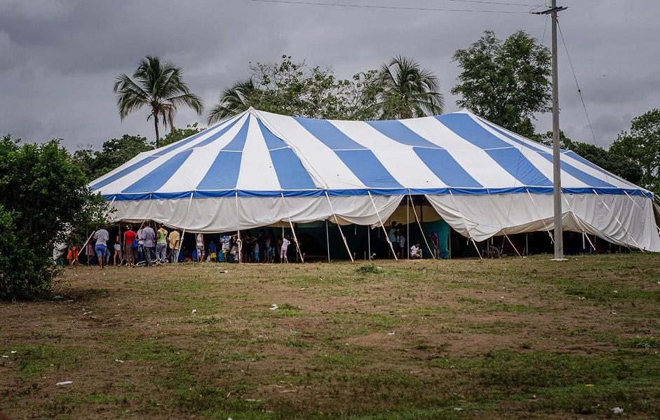Las familias desplazadas duermen en carpas que fueron donadas por organismos que mitigan la emergencia.