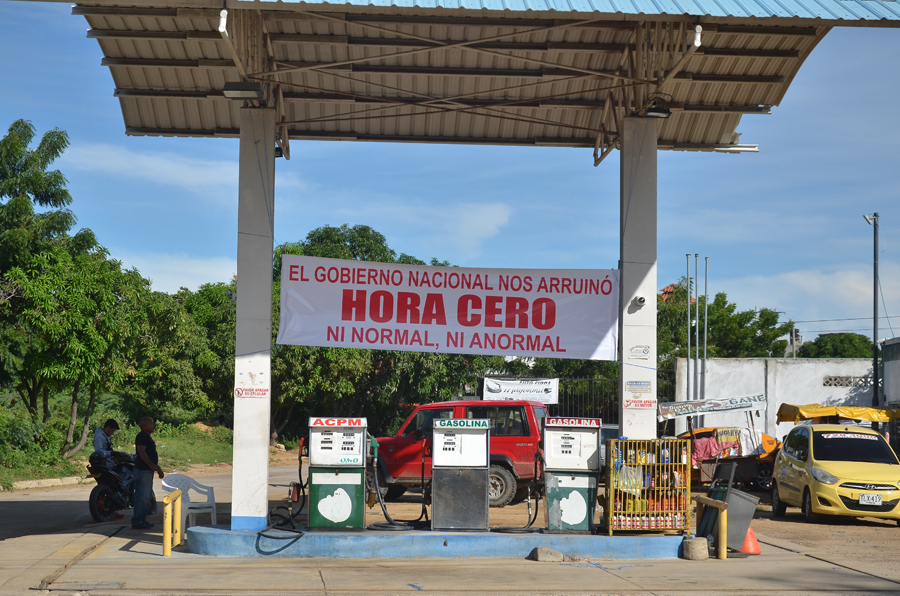 En la mayoría de las estaciones de La Guajira se observan pancartas de protesta frente a la crisis.