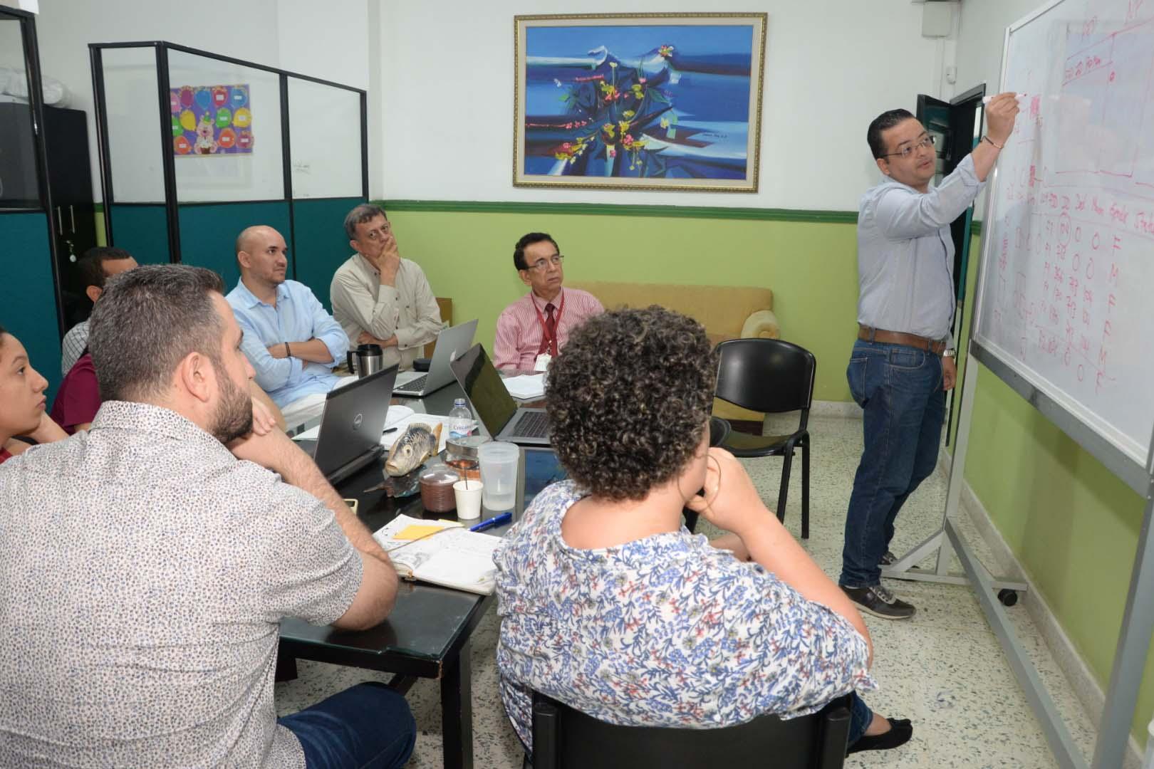 El grupo de trabajo reunido en las instalaciones de la Universidad Simón Bolívar evalúa resultados.