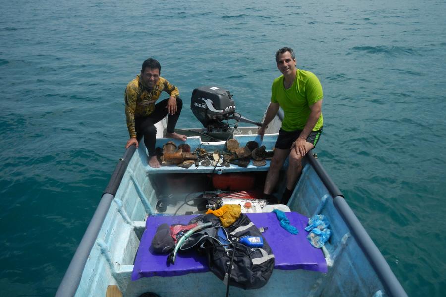 Enrique Yidi junto a un ayudante en una de sus inmersiones en Puerto Colombia.