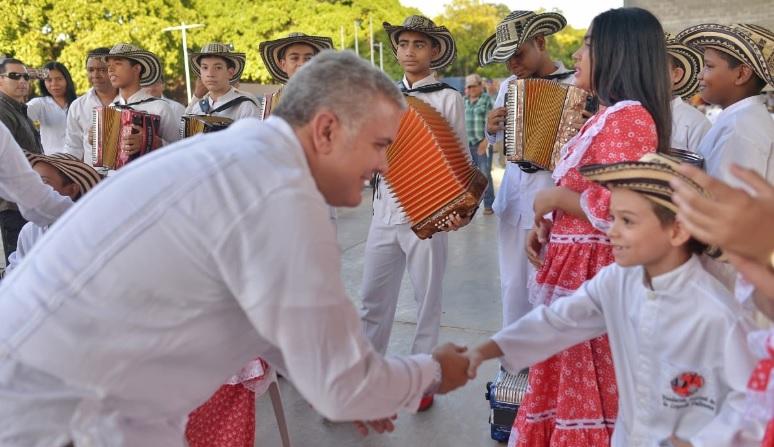 Los niños de la Escuela Rafael Escalona de la Fundación Festival de la Letenda Vallenata acompañaron al presidente Iván Duque.