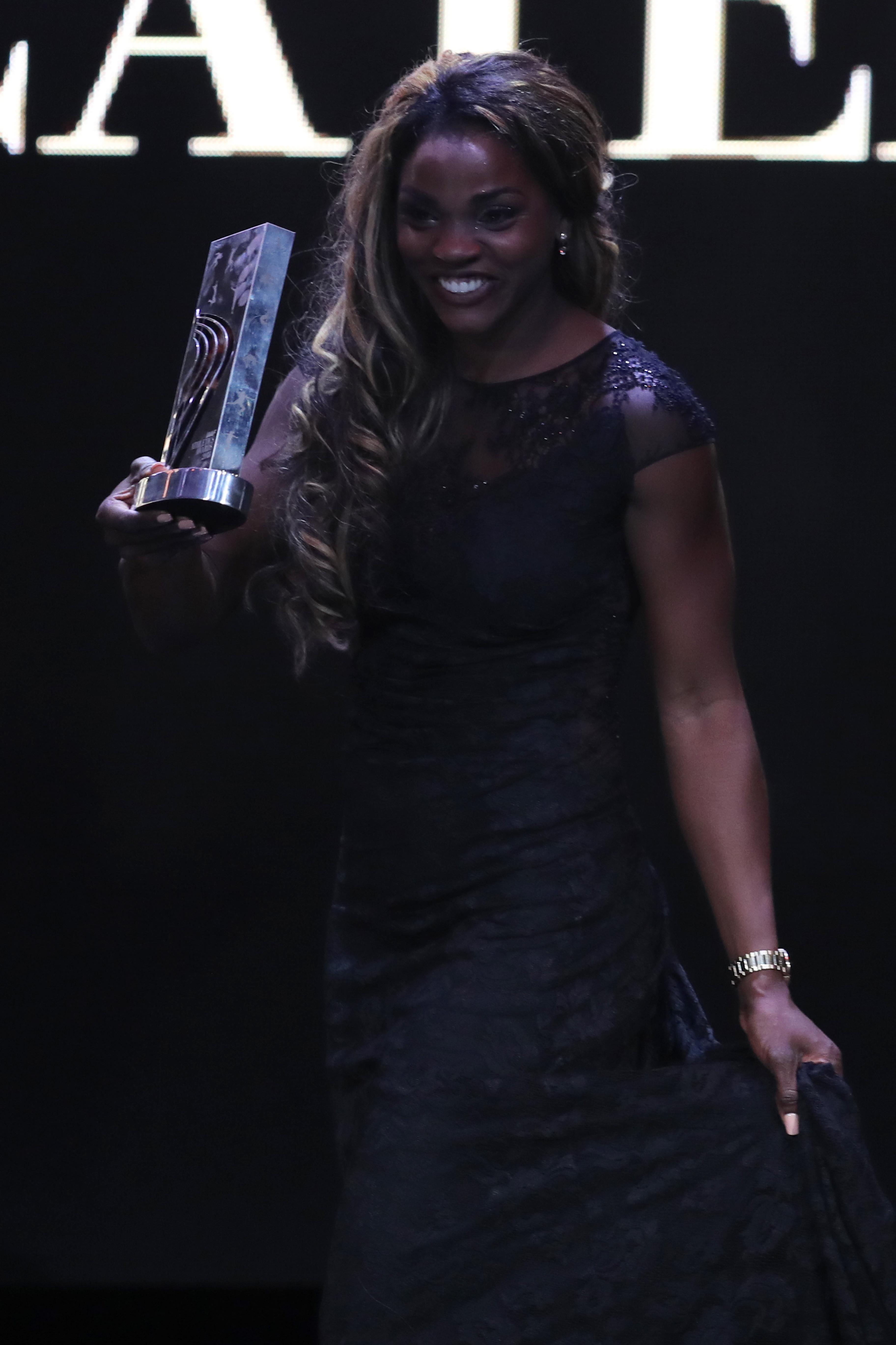 Caterine con el premio a mejor atleta del año.