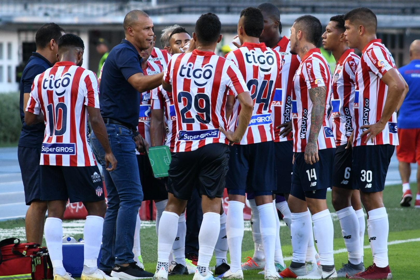 Roberto Peñaloza (AT) dialoga con los jugadores.