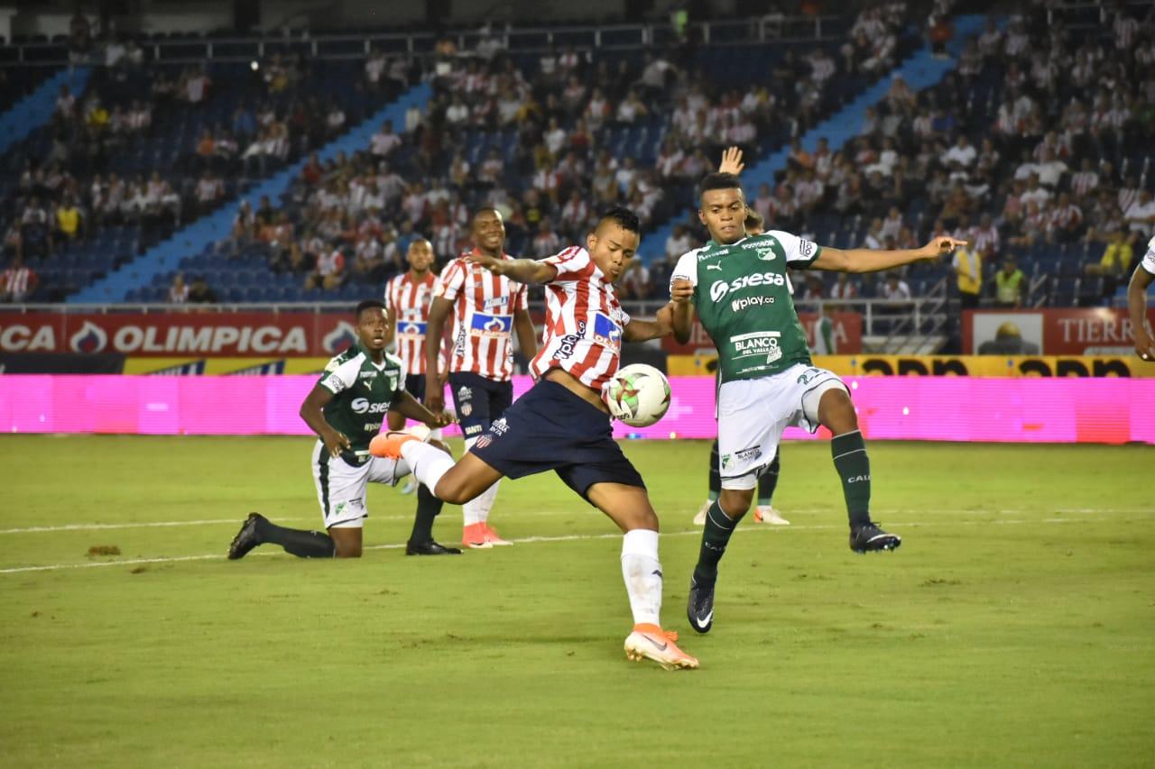 El delantero rojiblanco Luis Sandoval intenta sacar un remate ante la marca de Darwin Andrade.