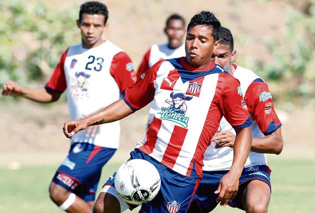 Padilla en una práctica como rojiblanco, junto a Harold Macías y Jáider Romero.