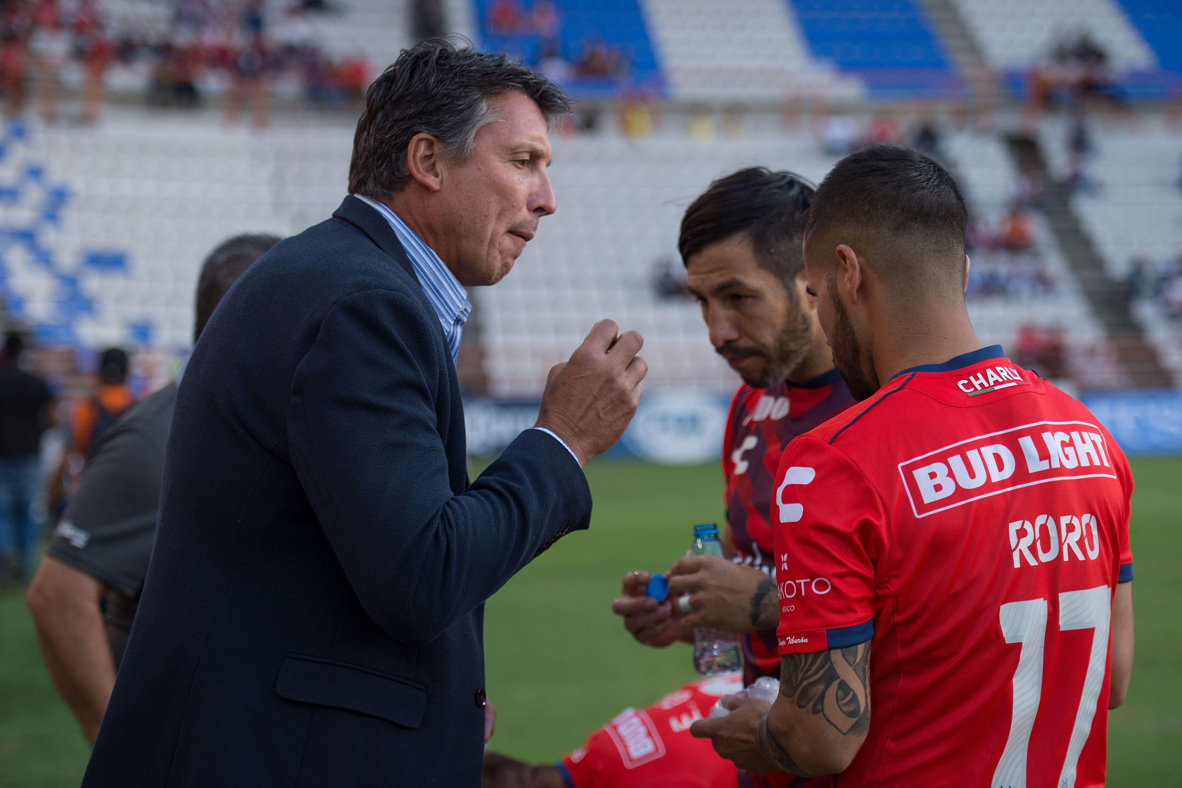 El exjuniorista Robert Siboldi dando indicaciones a dos jugadores del Veracruz.