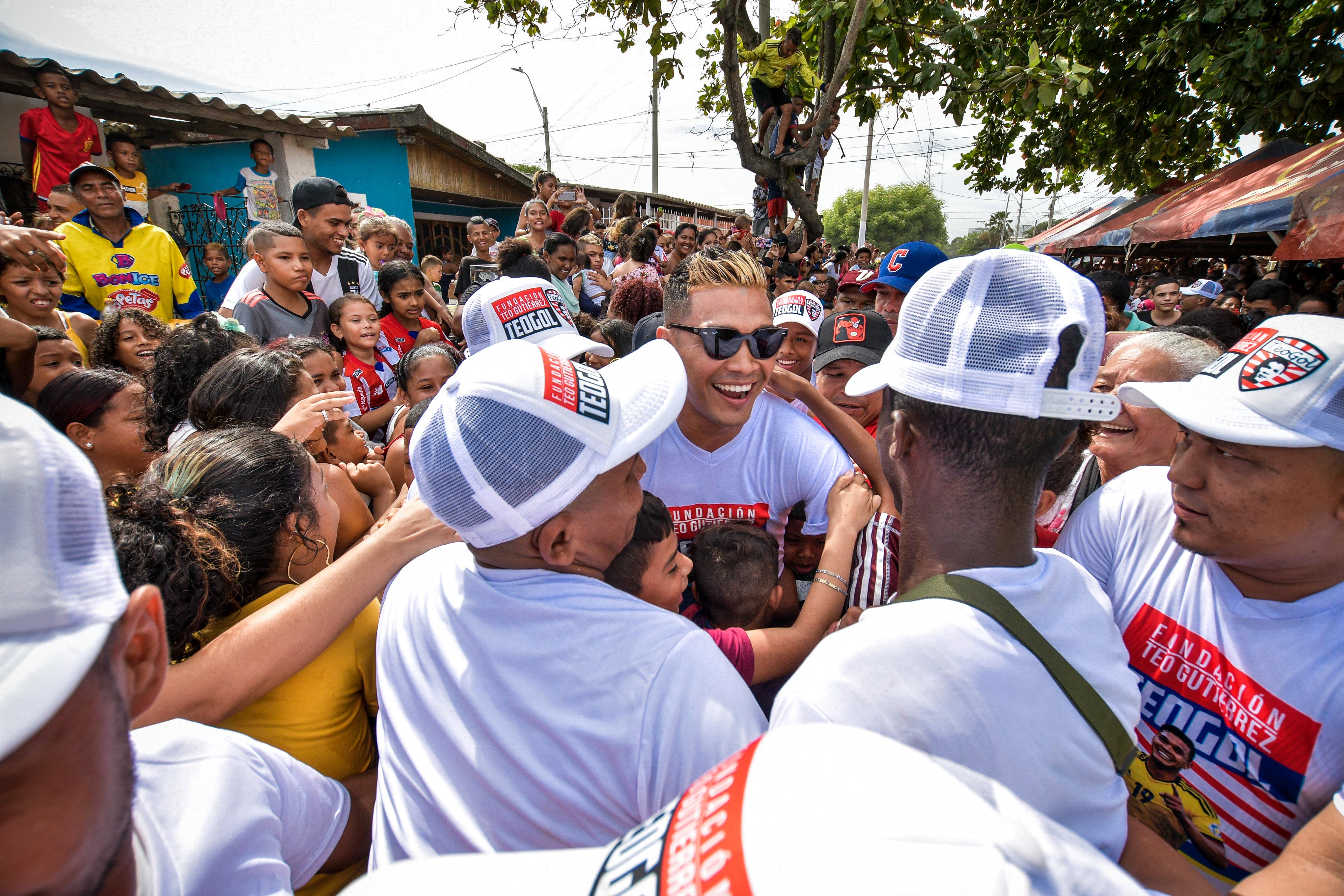 Teófilo Gutiérrez llegó en medio de la multitud.  