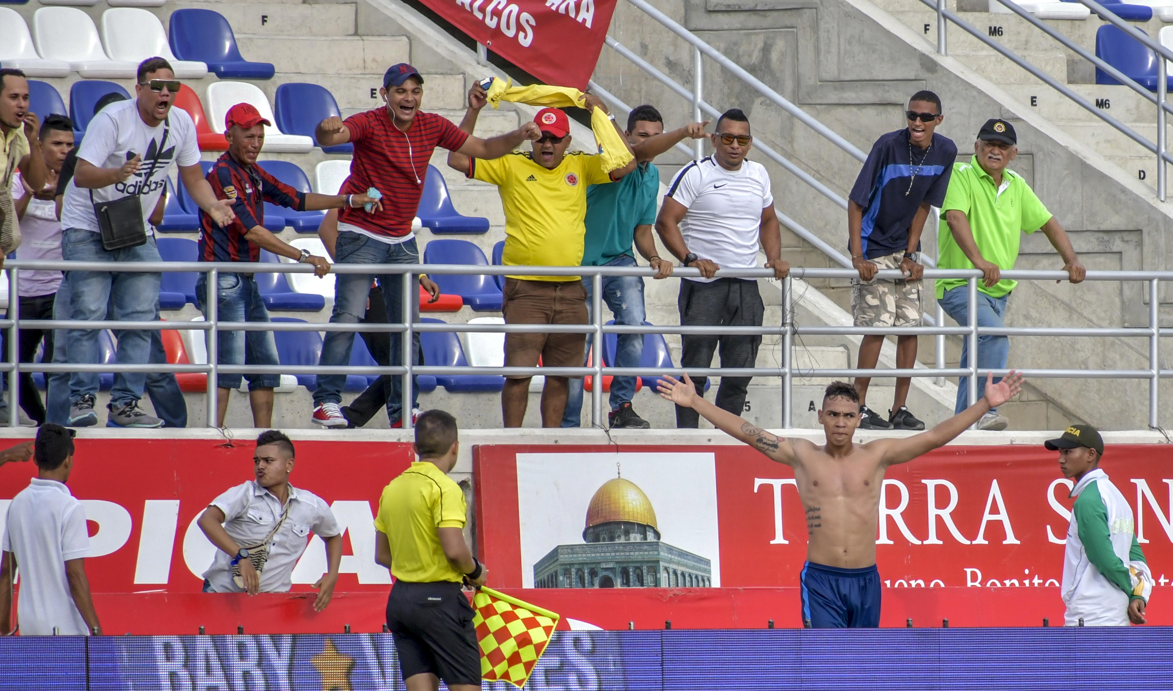 El delantero Ricardo Márquez celebra con la afición el tanto que le dio el triunfo ayer al Unión Magdalena.