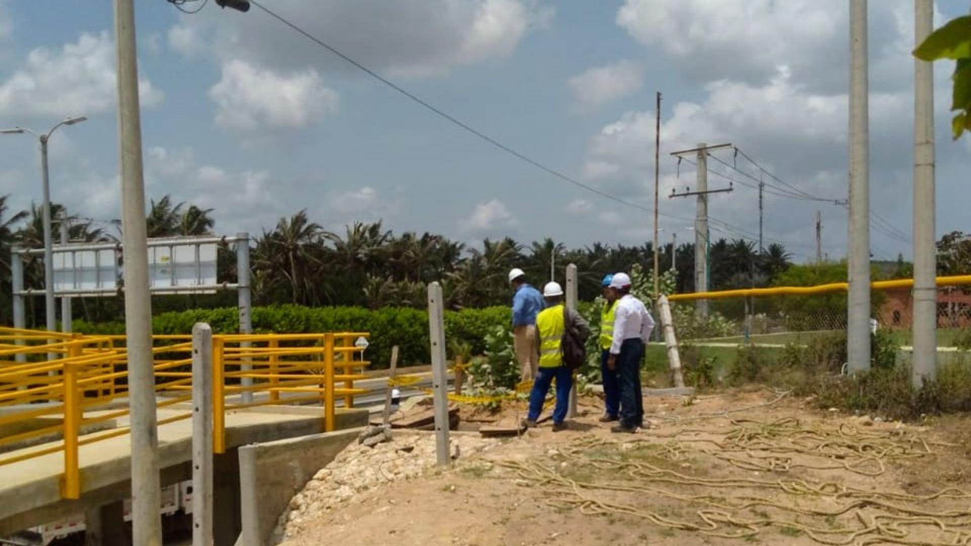 Técnicos de Electricaribe a la altura del Polideportivo de Uniautónoma.