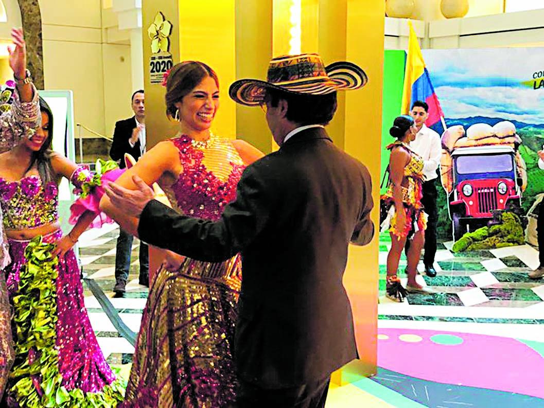 La reina del Carnaval de Barranquilla, Isabella Chams, y el presidente del BID, Luis Albeto Moreno.
