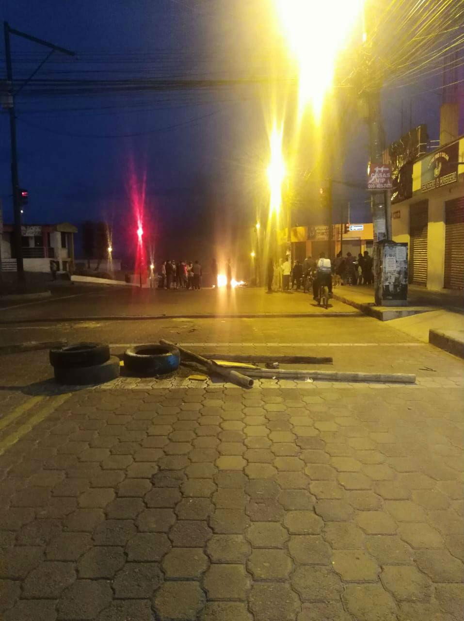 Calles de Calderón, Ecuador, desoladas y algunos elementos en la calle para impedir circulación.