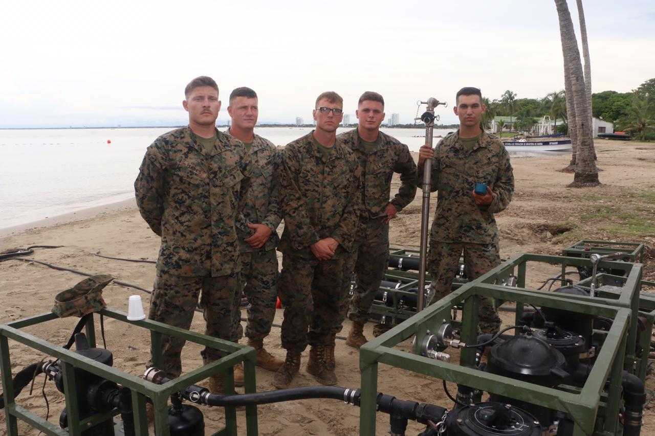 Soldados de EEUU junto a algunas de las plantas potabilizadoras de agua.