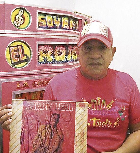 César 'el Boqui' Romero, picotero de El Rojo, impulsó  'El Satanás'. En la foto aparece con el LP 'Marcory Gasoil'.