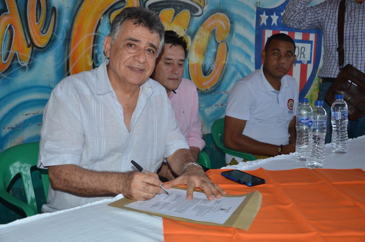 El gobernador de Sucre durante la firma del acta de inicio de las obras.