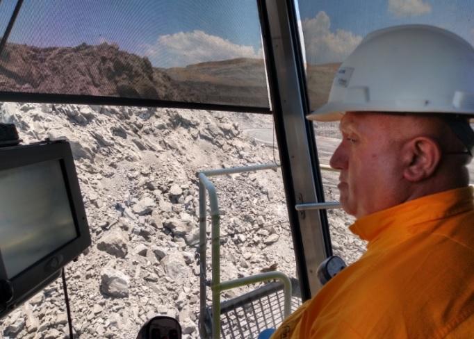 Misael Balcázar maneja el camión-pala.