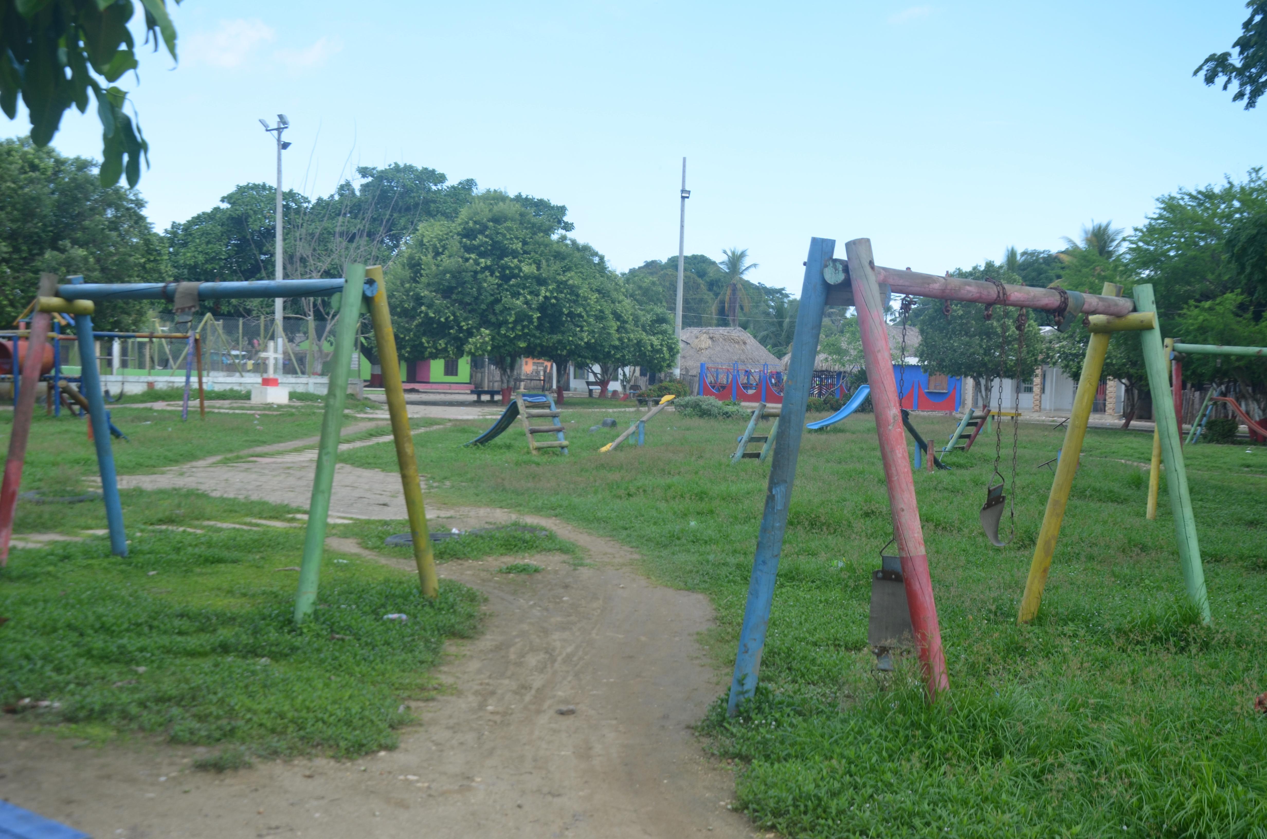 El parque central desluce deteriorado. Los juegos infantiles están partidos y el terreno enmontados.