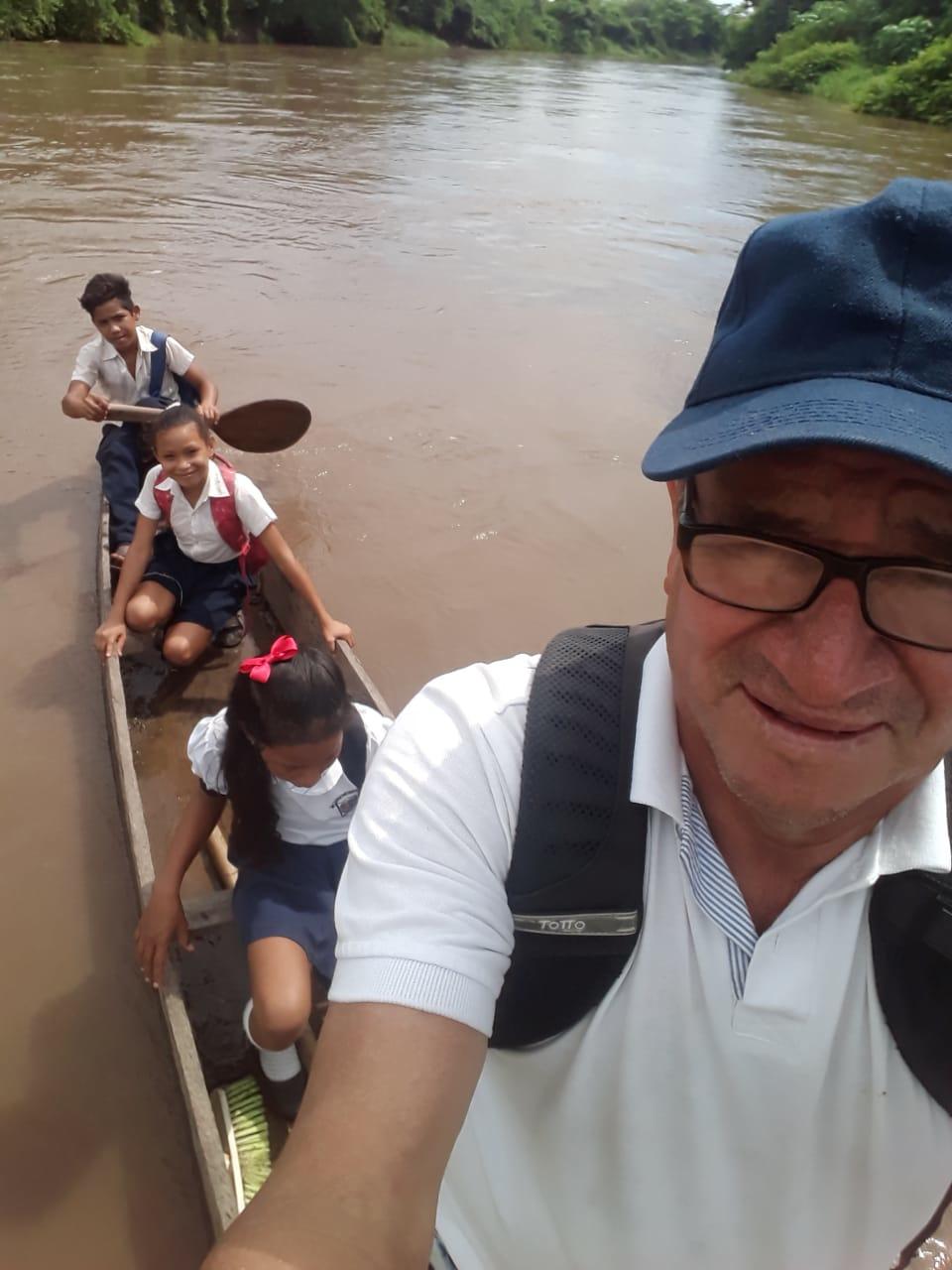 El profesor Humberto Cáceres captó esta imagen suya y de los niños en la canoa.