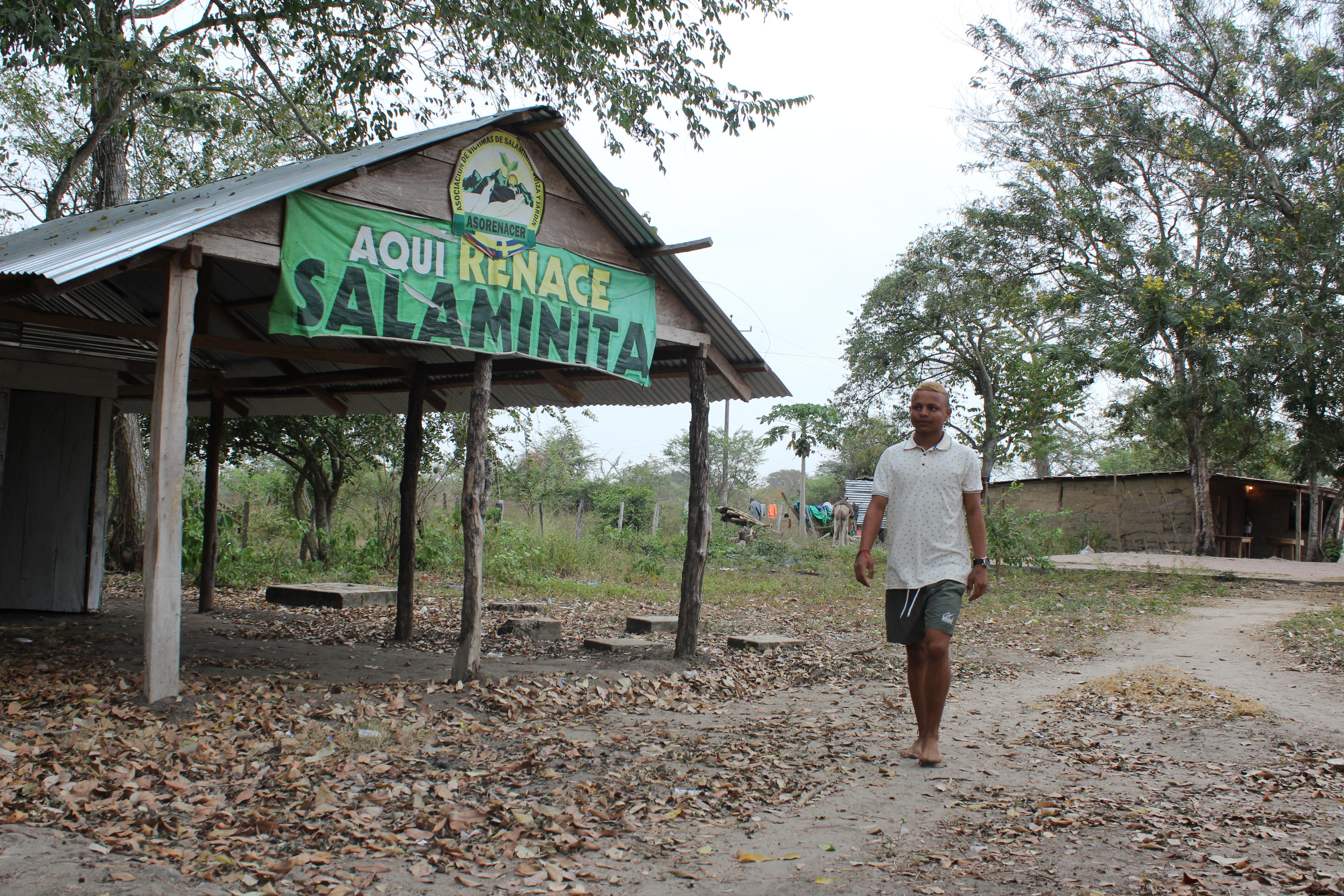 """""""Aquí renace Salaminita"""", se lee a la entrada. El pueblo espera que el Estado cumpla la sentencia de 2016."""