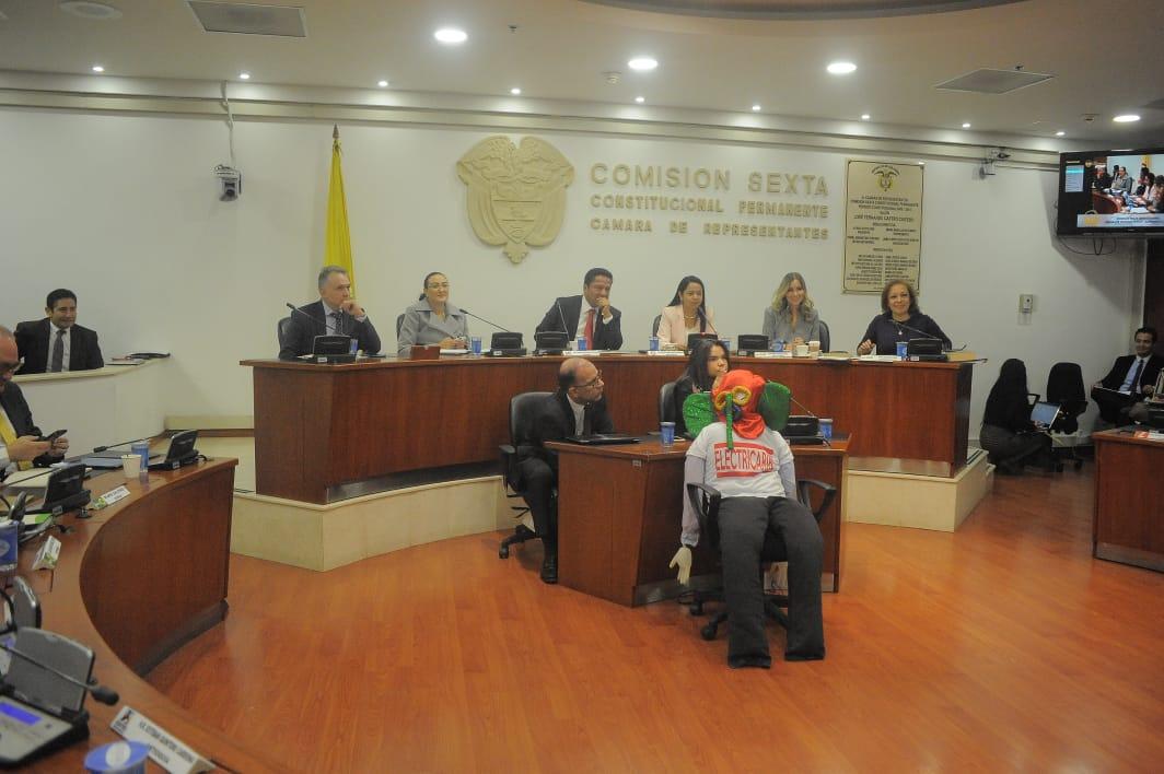 Un muñeco de marimonda fue llevado por el representante Ape Cuello al debate sobre Electricaribe.
