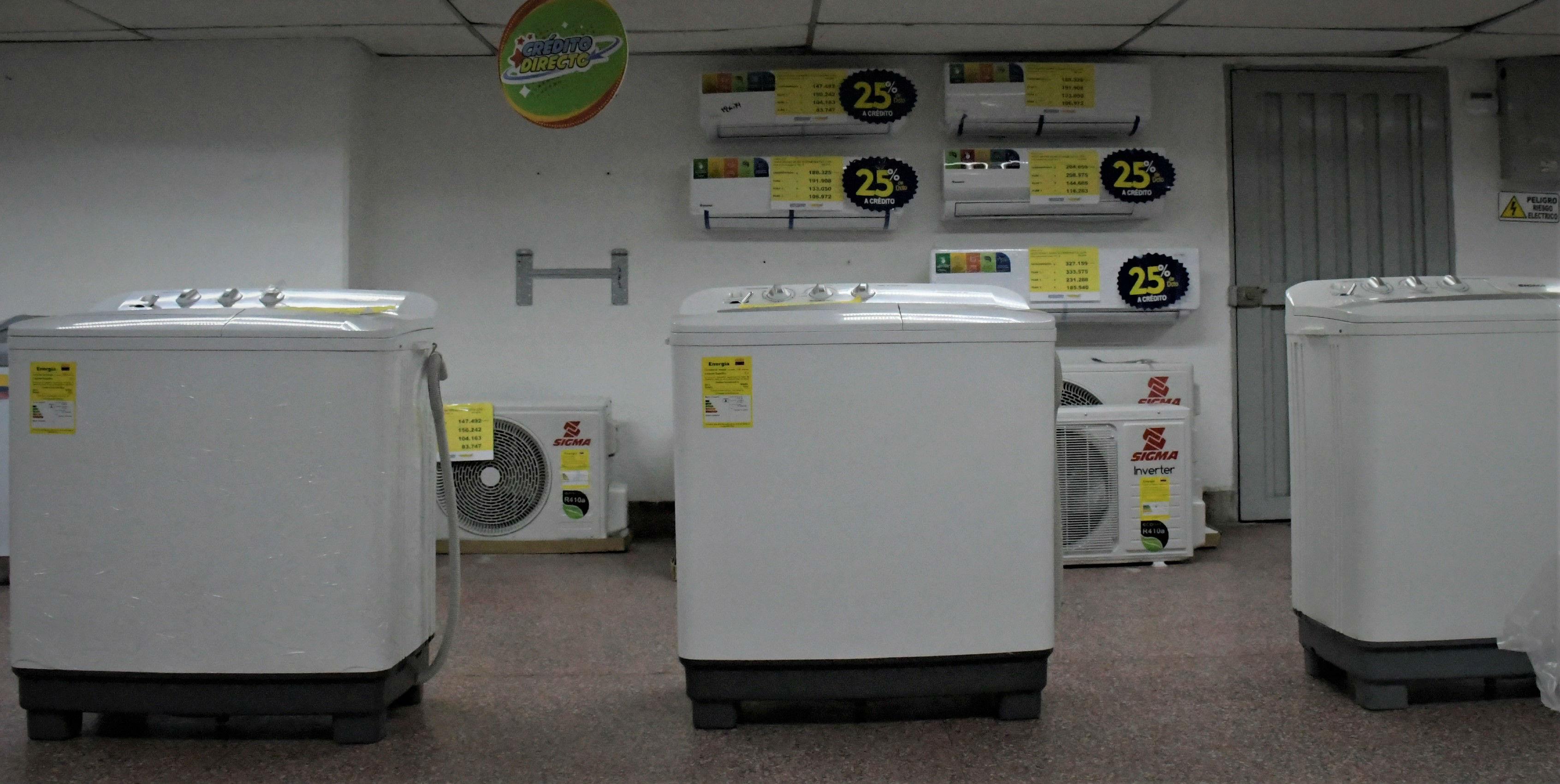 Lavadoras con etiquetas energéticas en un establecimiento comercial.