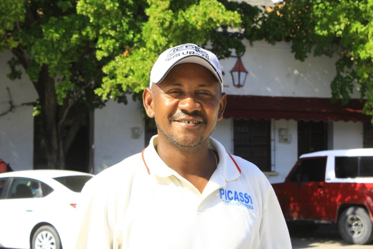 Elkin González, cuidador de carros sordomudo.