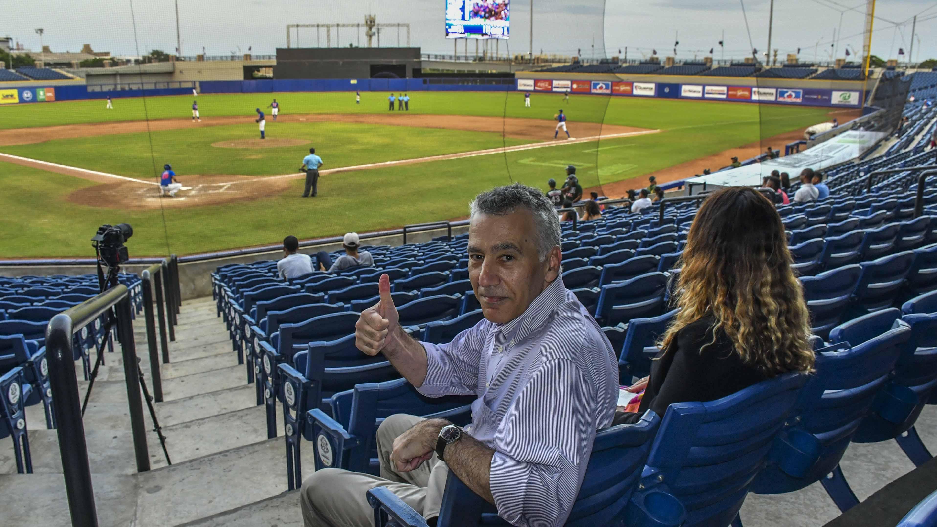 Goldberg disfrutó de un juego de béisbol (Caimanes contra Toros) en el estadio Edgar Rentería.