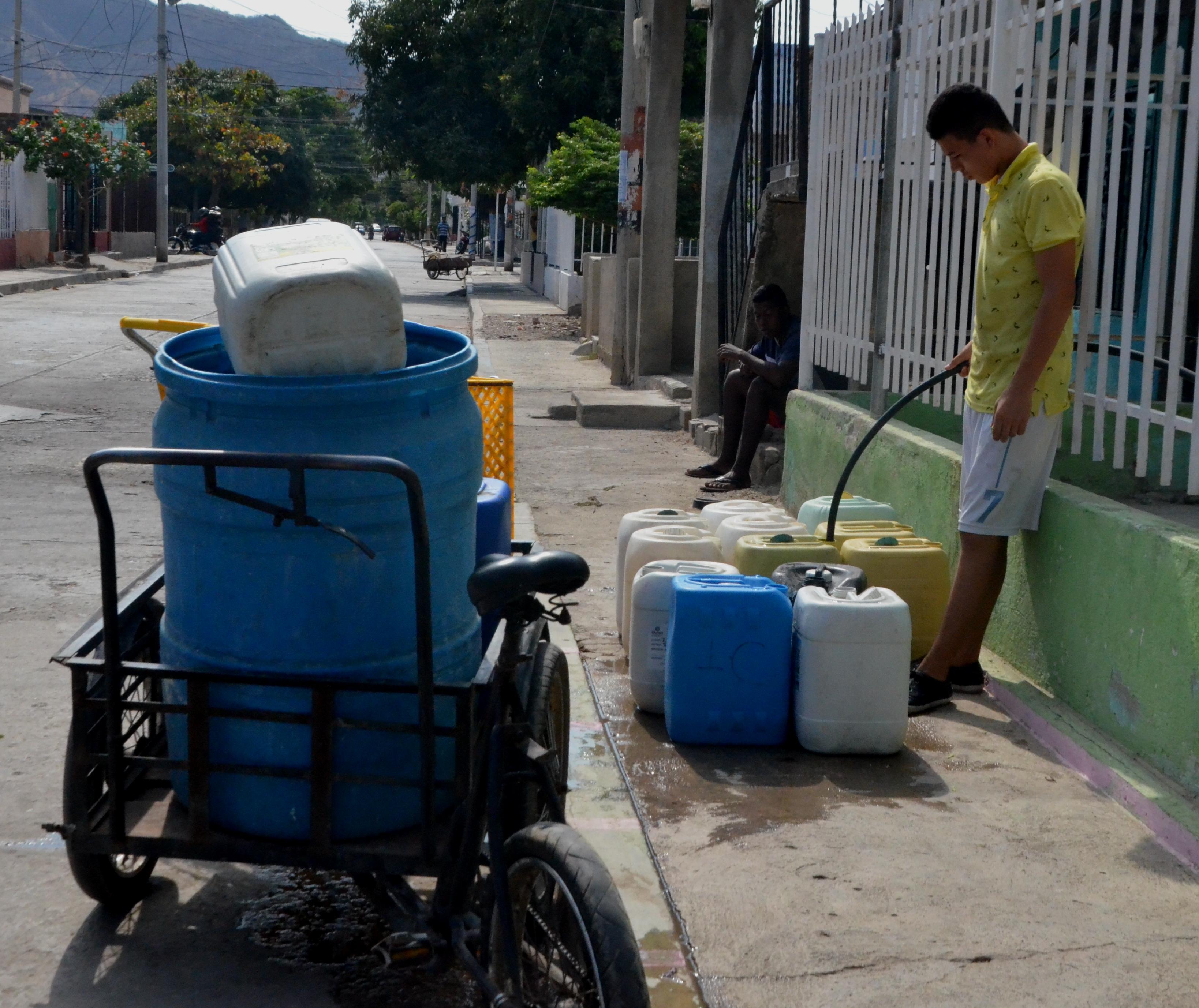 En el sector norte de Santa Marta, la falta de agua es apremiante. A cuenta gotas la gentes se abastece.