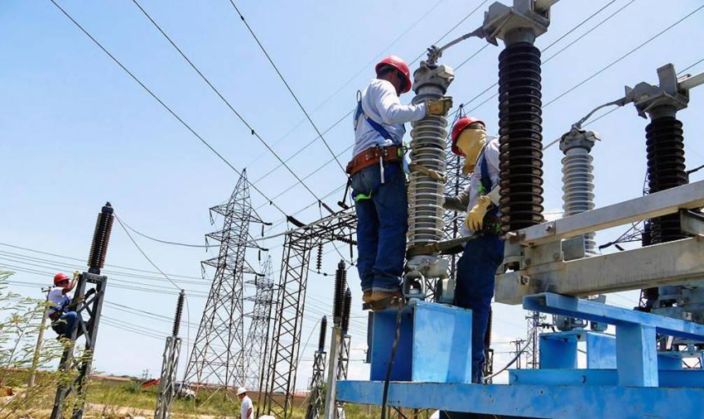 Mantenimiento de redes y tendidos a cargo de personal de Electricaribe.
