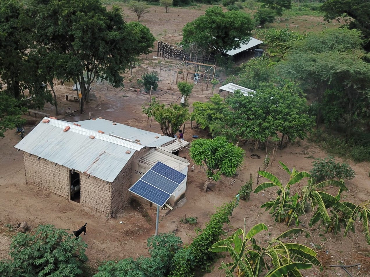 Vista de un panel solar en una vivienda beneficiada.