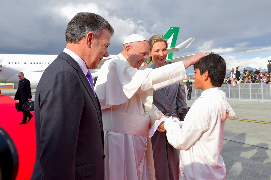 Emmanuel le entrega una paloma, símbolo de paz, al Papa.