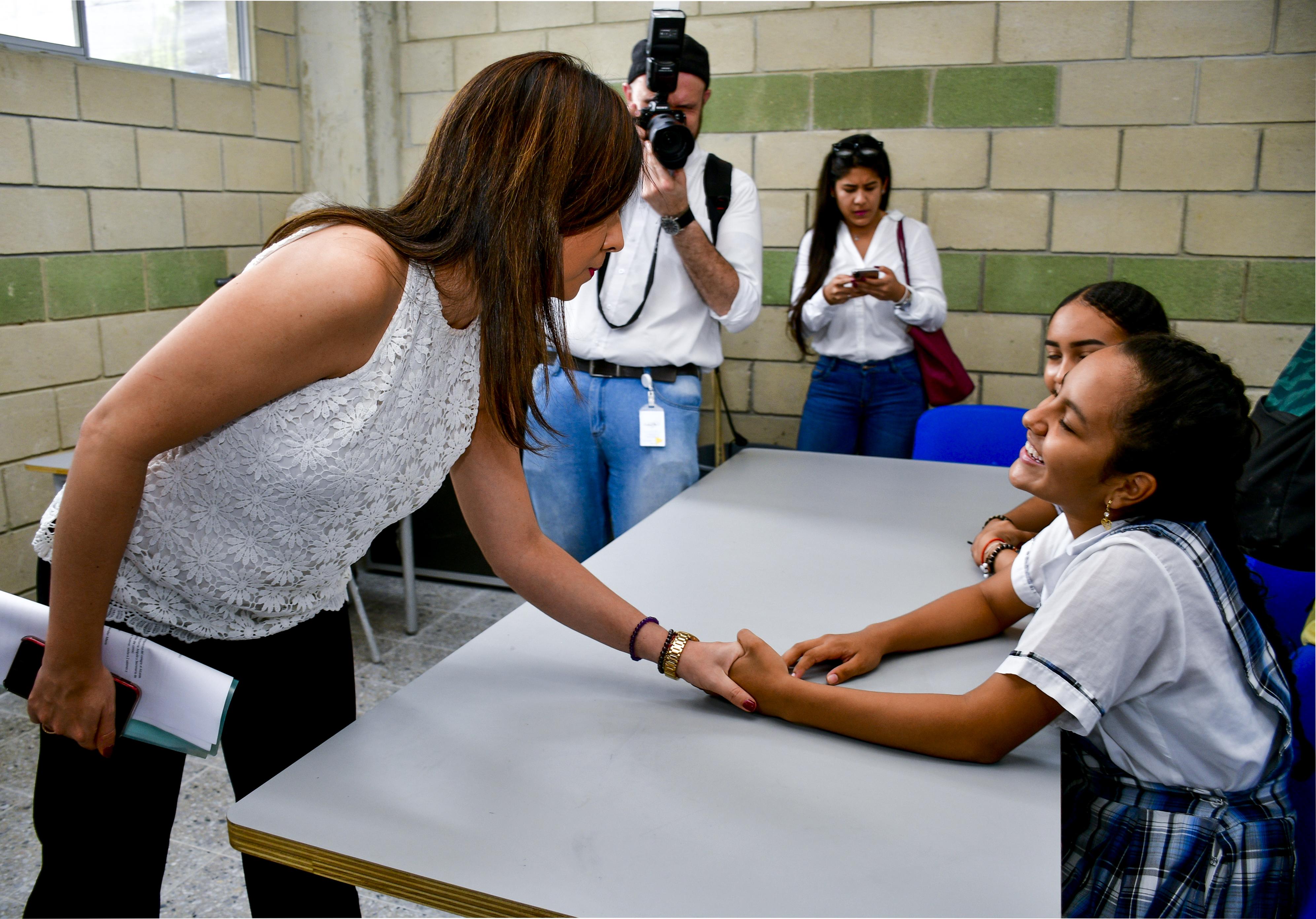 La ministra saluda a una estudiante del colegio Rodolfo Llinás Riascos, entregado en días pasados.