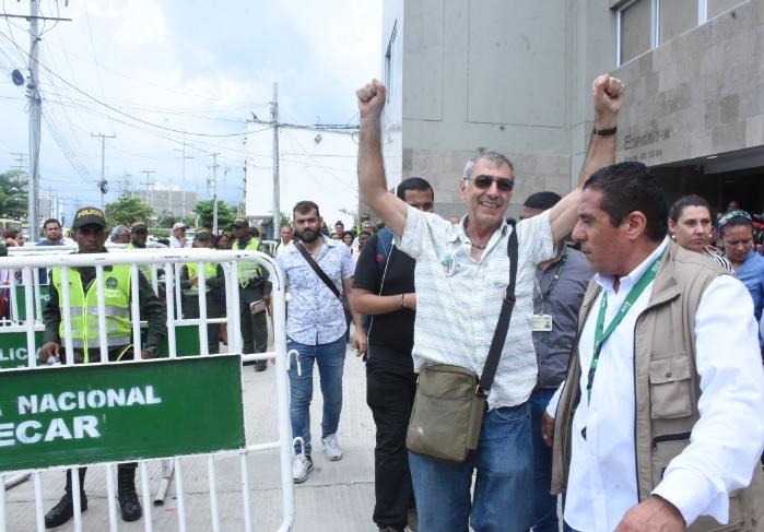 El alcalde electo de Cartagena, William Dau, a su salida de la Registraduría.