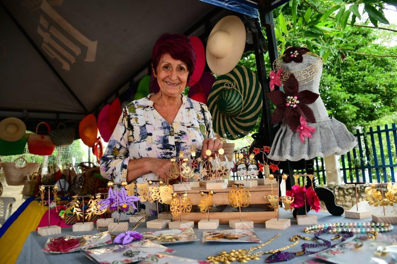 La artesana Dora Sánchez con sus productos.