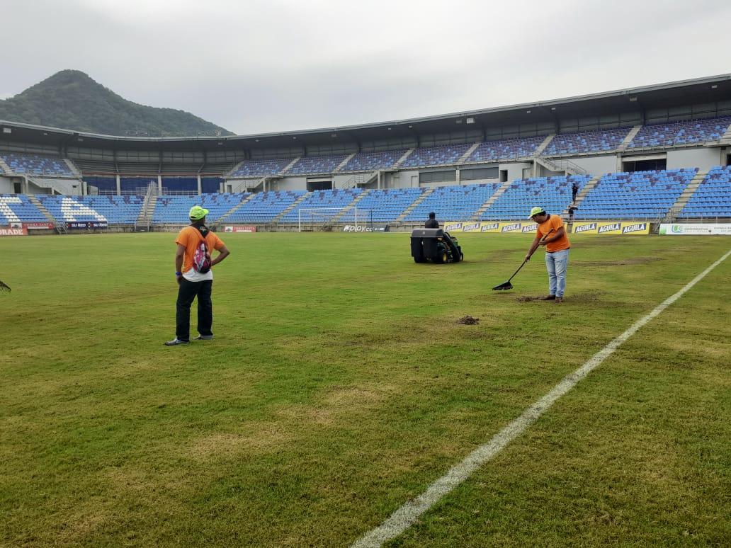 Antes del partido seguían trabajando en la grama del escenario deportivo.