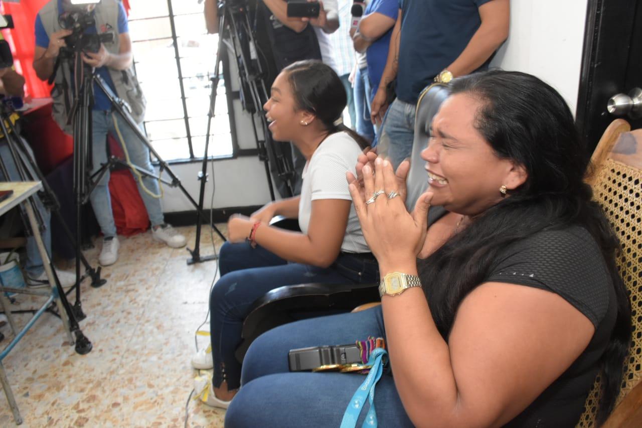Miladis Zambrano, madre de Anthony, llora frente al televisor luego de ver que su hijo obtuvo una presea.