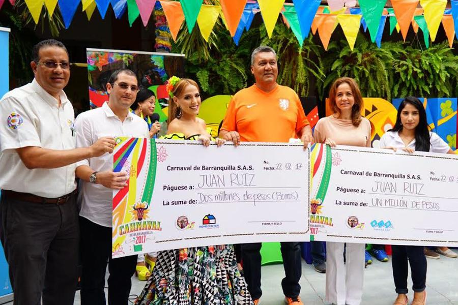 Juan Ruiz recibiendo sus premios, en la Casa del Carnaval, en compañía de la reina Stephanie Mendoza.