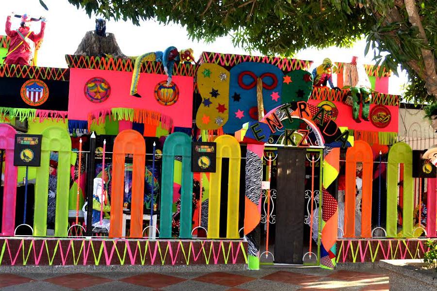 Figuras del Carnaval decoran la fachada del tercer puesto, en el barrio La Magdalena.