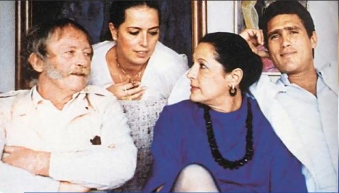 Rodrigo Obregón junto a su hermana Silvana y sus padres Alejandro Obregón y Sonia Osorio.