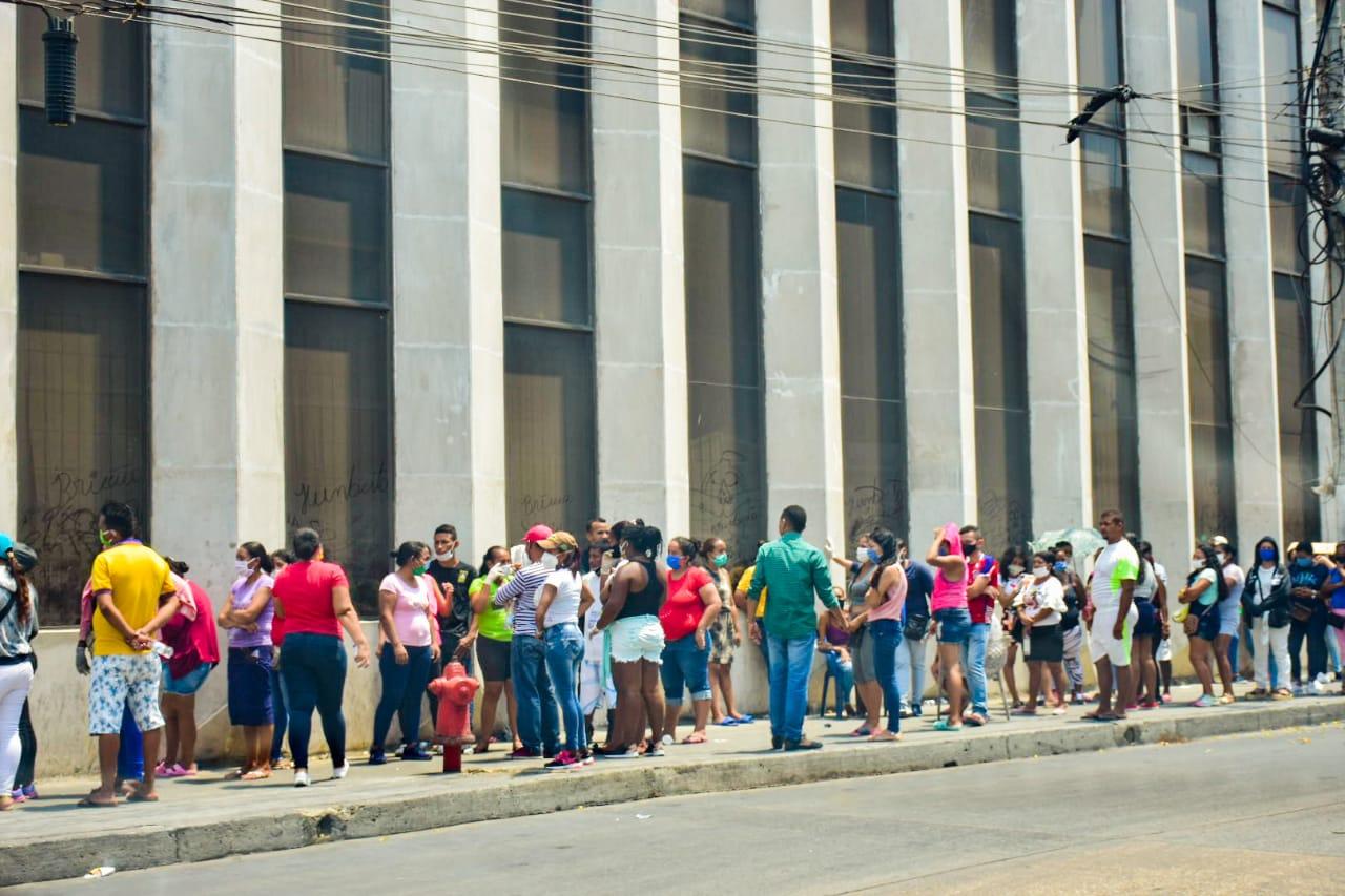 Una larga fila en el centro de la ciudad, carrera 44 con calle 38.