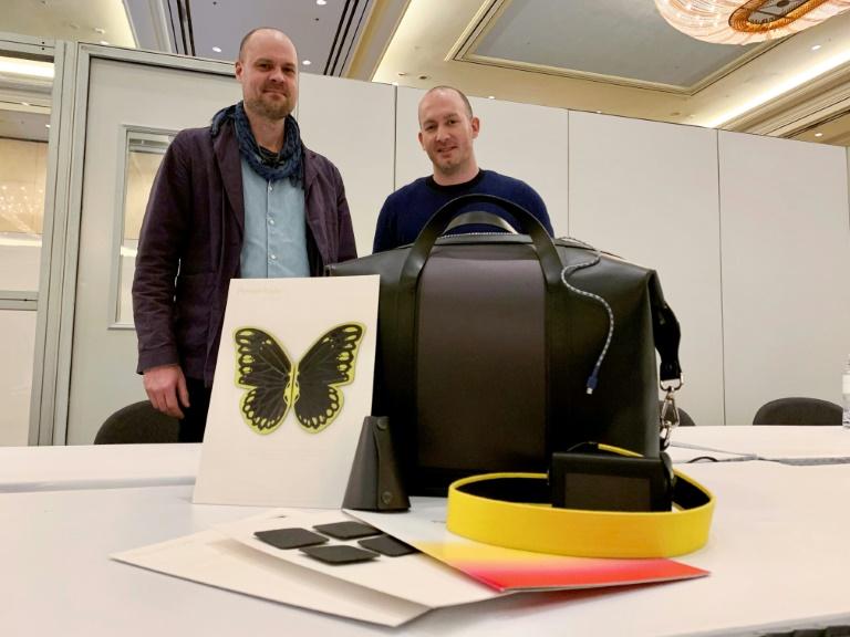 """Marcus von Euler y Riad Hawa presentando sus curiosos auriculares de """"corriente infinita""""."""
