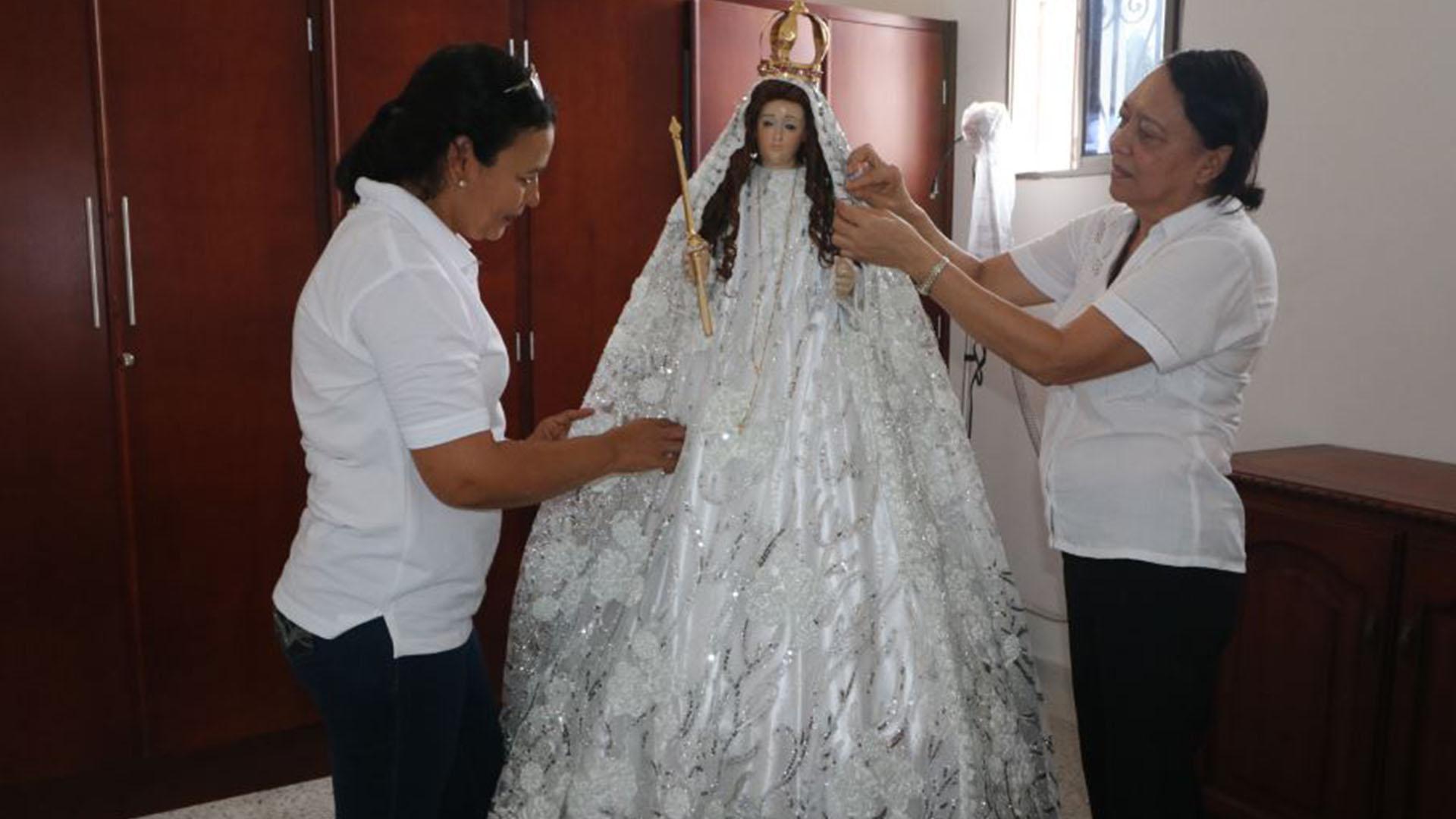Las hermanas Cuello son las encargadas de vestir a la Virgen del Socorro.