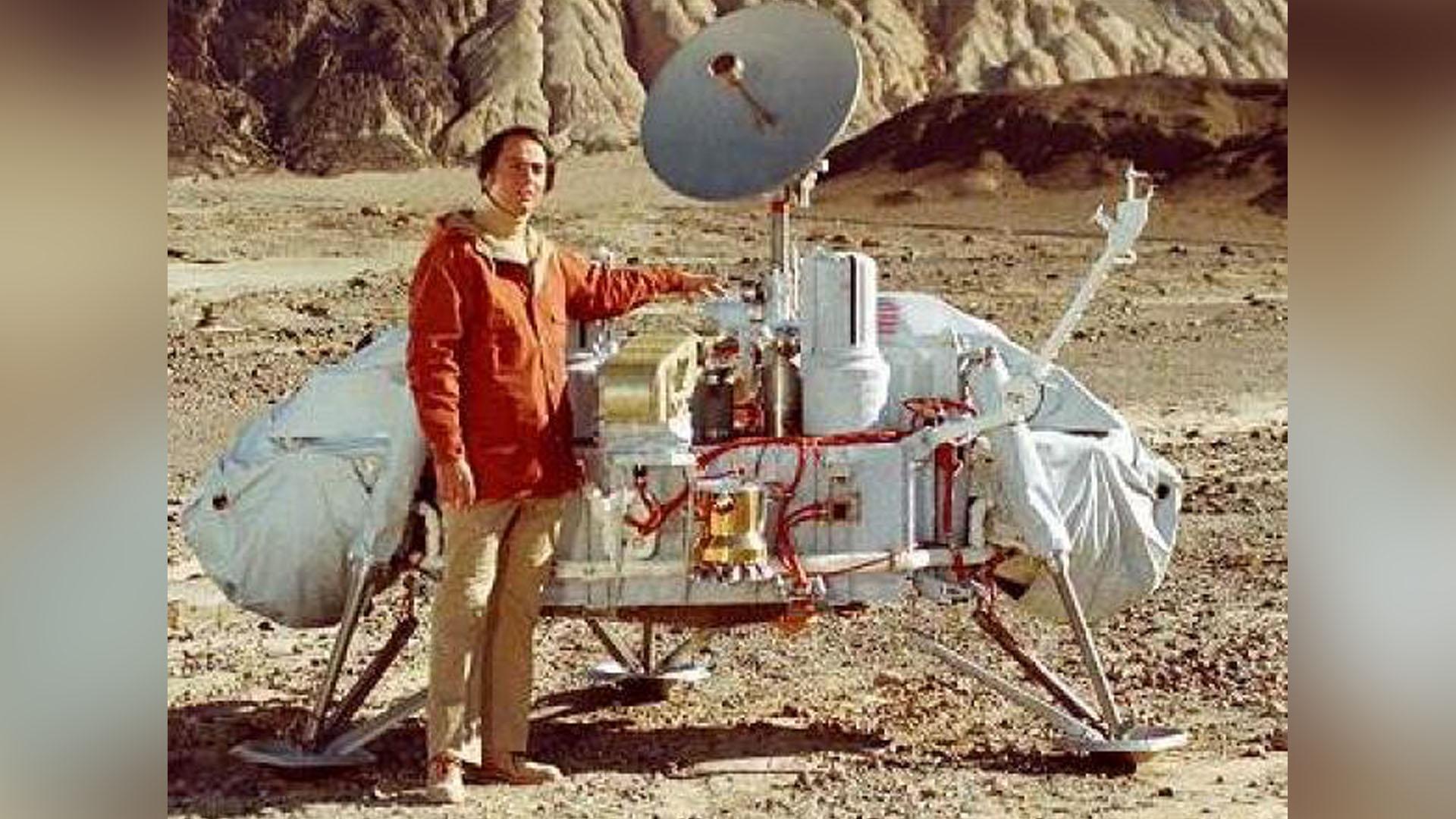 Carl Sagan junto a un modelo de la sonda Viking, que exploró el planeta Marte.