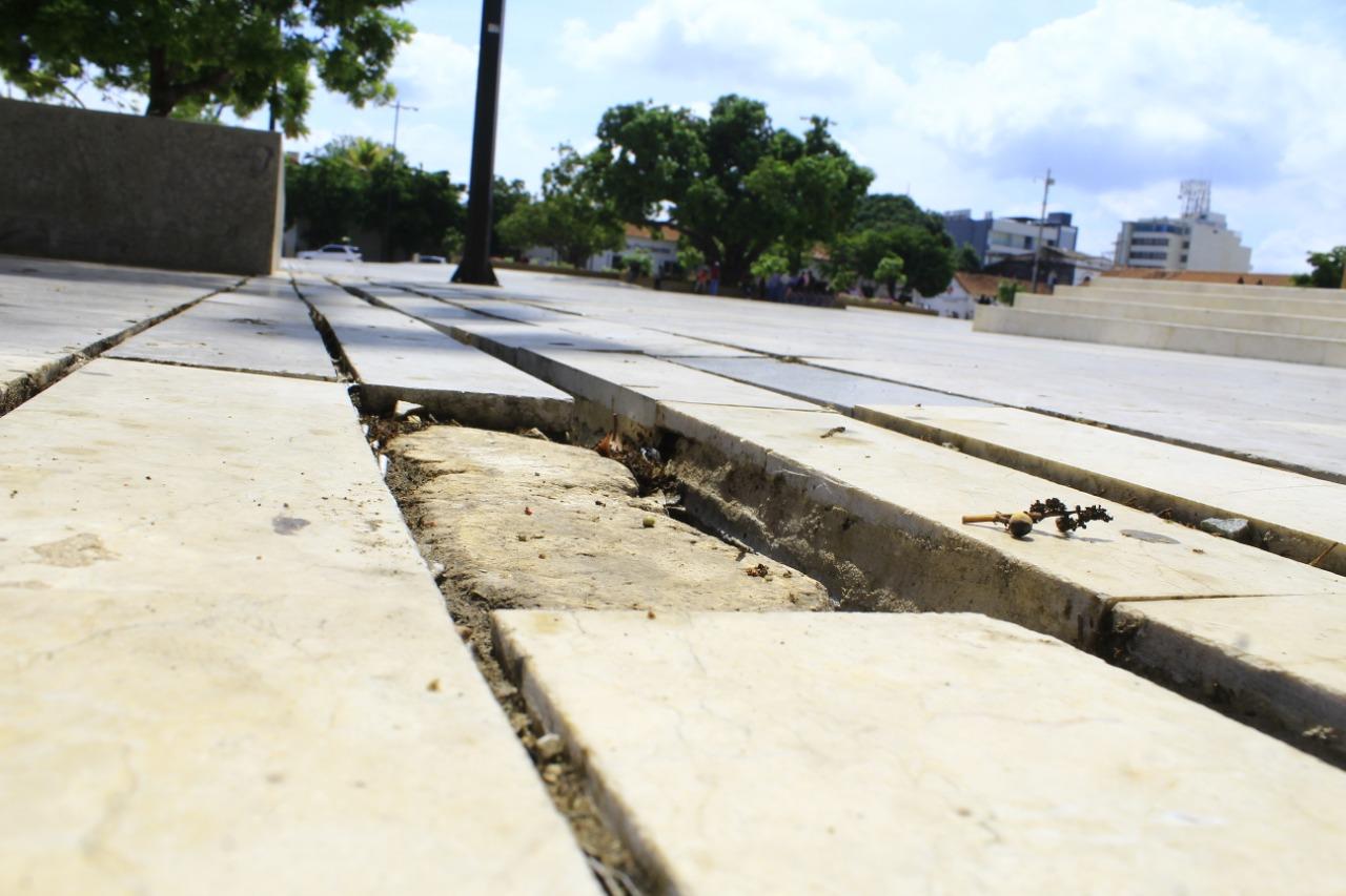 Aspectos del deterioro que ya presenta el piso de la Plaza Alfonso López de Valledupar, inaugurada en abril pasado.