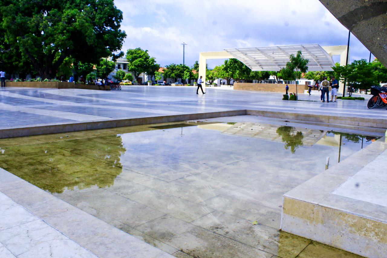 Así permanece la fuente o espejo de agua en la plaza de Valledupar.