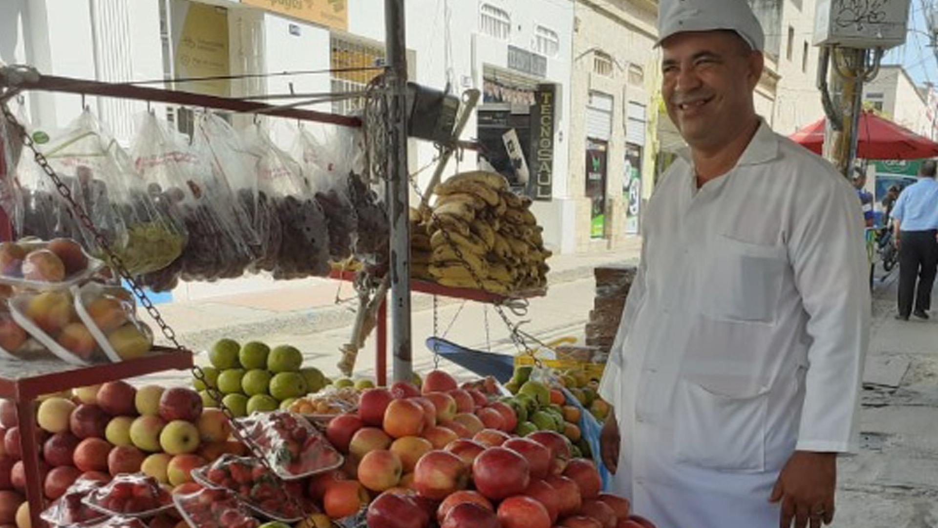 Jeisson Arévalo lleva 26 años vendiendo fruta en Santa Marta. La mayoría son peras y manzanas.